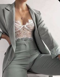 8 style tips on how to wear bralette for your everyday look - Fashion and Woman Elegantes Business Outfit, Elegantes Outfit, Suit Fashion, Look Fashion, Fashion Outfits, Fashion Trends, Curvy Fashion, Fall Fashion, Fashion Women