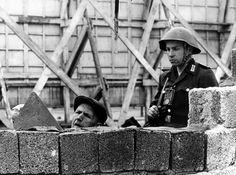 """Unter dem Decknamen """"Aktion Rose"""" riegeln DDR-Streitkräfte den Ostteil..."""