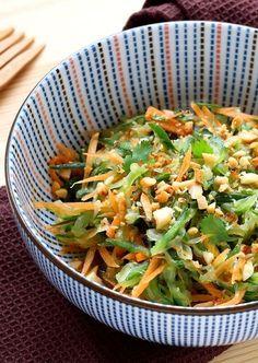 Une salade à base de concombre, carotte, gingembre, cacahuètes grillées et coriandre. Une entrée qui nous fait voyager en Thailande.