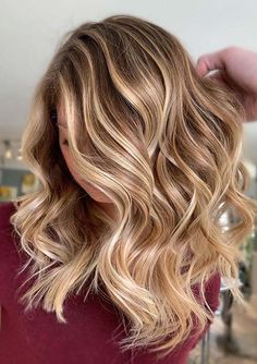 Gorgeous Golden Blonde Hair Color Trends in Year 2020 Winter Blonde Hair, Fall Blonde Hair Color, Golden Blonde Hair, Blonde Hair Looks, Blonde Hair With Highlights, Low Lights Hair, Light Hair, Henna Designs, Winter Hairstyles