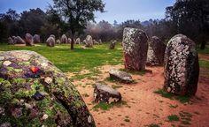 Cromeleque dos Almendres Cromeleque dos Almendres  Localizado em Évora, o Cromeleque dos Almendres constitui um dos maiores vestígios neolíticos da Península Ibérica.