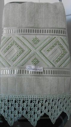 Lavabo Swedish Embroidery, Towel Embroidery, Hardanger Embroidery, White Embroidery, Embroidery Stitches, Embroidery Designs, Swedish Weaving, Drawn Thread, Crochet Boots