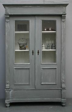 Landelijk brocante servies-/vitrinekast in Riviera Grey