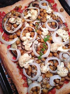 GRILLED VEGGIES AND CRISPY CHICKPEA PIZZA This grilled veggies pizza is so full of vegetables, it's like eating a garden.