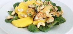 Мидии с манго на листьях салата