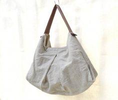かぼちゃバッグ w/ 手織りハンドル Kinari 大きさ: W約41cm x D約12cm x H約40.5cm (W, Dは底の部分ではかっています。) 口の開き部分:W約38cm x D約4cm ハンドルの長さ:約36cm