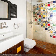 Dieses Badezimmer in Weiß und Fliesen in Terrakottatönen wurde mit den vielen bunten Mosaikfliesen aufgepeppt. - mehr auf roomido.com