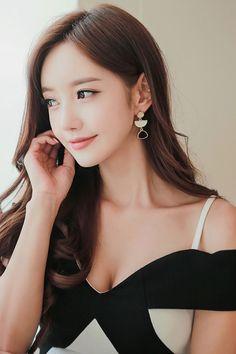 shared a photo from Flipboard Beautiful Girl Image, Beautiful Asian Women, Pure Beauty, Beauty Women, Korean Beauty, Asian Beauty, Teen Girl Poses, Good Looking Women, Asian Woman