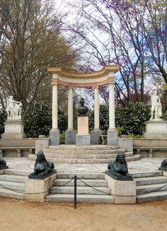 """""""La Exedra"""", conjunto escultórico franqueado por ocho esfinges de bronce. Jardines El Capricho, Madrid"""