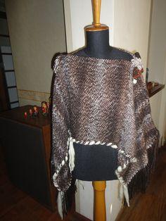 Poncho dos posiciones con detalles en piel, lana y cintas