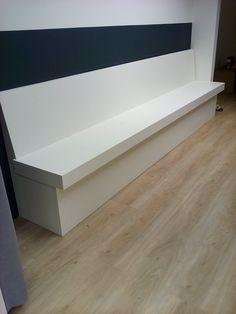 Eetbank Sandhamn in wit! Komt mooi uit tegen deze donkere muur. Nook, Entryway Tables, Dining Room, Cabin, Restaurant, Warm, Storage, Interior, Furniture