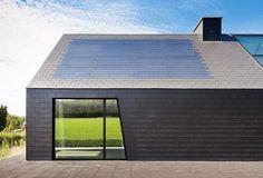 Als u de gratis energie van de zon in huis wil halen, hoeft dat niet met een esthetisch storend zonnepaneel te zijn. U kan van uw dak een echt zonnedak maken met elementen die in het dakvlak zelf passen. Esthetiek en duurzame energieproductie geïntegreerd in één geheel. Houses On Slopes, Passive House Design, Solar Licht, Gable House, Cladding Systems, Landscape And Urbanism, Narrow House, Shed Homes, Earth Homes