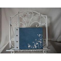 Le Rixende est un grimoire album photo recouvert de cuir bleu et blanc. Il est entièrement réalisé à la main.
