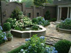 Fontaine et fleurs bleus