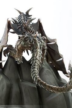 Look at the detail on this statue of Alduin, the badass villain of Elder Scrolls V: Skyrim. Skyrim Food, Charm City Cakes, Elder Scrolls Skyrim, Hand Molding, Cosplay, Video Game Art, Video Games, Party Cakes, Cake Designs