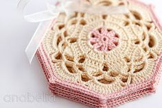 Vintage crochet coaster pattern by Anabelia also available in Spanish