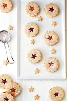 Linzer cookies are almond shortbread cookies sandwiched together with raspberry jam in the center and dusted with powdered (confectioners' sugar) on top. Almond Shortbread Cookies, Linzer Cookies, Shortbread Recipes, Milk Cookies, Raisin Cookies, Sugar Cookies Recipe, Yummy Cookies, Cookie Recipes, Pistachio Biscotti