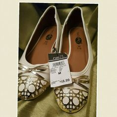 Off White flats w/gold detailing *Never been worn!!** **New with tags still attatch!* Perfect for summer ! Pair these shoes with your spring or summer dresses!! Very small scuff mark on the back. **As seen in pictute** You barley can notice it! Rue 21 Shoes Flats & Loafers