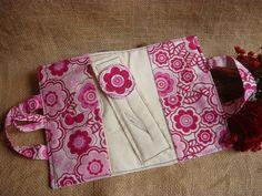 Bolsa Porta livros com bolso na aba    Acompanha de brinde marcador de páginas    Para livros no Formato fechado 21x14x2 cm    Caso queira em um formato específico, solicite orçamento informando as medidas.    Solicite os tecidos disponíveis para produção