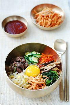 korean foods Bibimbap (Korean rice bowl) with beef, vegetables and a raw egg served in a bowl. Learn how to make bibimbap at home with this easy to bibimbap recipe! Korean Food Bibimbap, Bibimbap Sauce, Bibimbap Recipe Easy, Bibimbap Bowl, Asian Recipes, Beef Recipes, Cooking Recipes, Healthy Recipes, Easy Korean Recipes