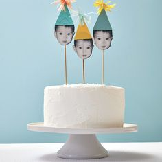 These DIY cake toppers are super simple and really impressive. Easy Cake Decorating, Birthday Cake Decorating, Cake Decorating Tutorials, Birthday Decoration For Boy, Happy Birthday Cakes, First Birthday Cakes, Birthday Cake Toppers, Easy Boy Birthday Cake, Keto Cupcakes