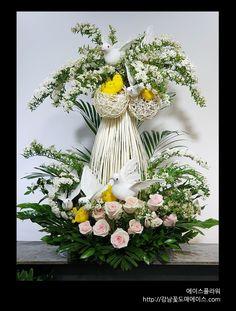 Church Flower Arrangements, Beautiful Flower Arrangements, Beautiful Flowers, Flower Decorations, Table Decorations, Artificial Flowers, Floral Wreath, Bouquet, Bloom