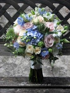 pudrowy, pastelowy bukiet ślubny, kremowo rózowo niebieski, róże, ostrózki, eukaliptus, Kraków1a - magicznekwiaty.pl magicznekwiaty.pl