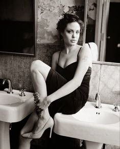 Angelina Jolie Photoshoot, Angelina Jolie Short Hair, Angelina Jolie Images, Stilettos, Tumblr, Lingerie Models, Brad Pitt, Celebrity News, Short Hair Styles