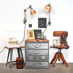 Midgard Arbeitslampen, Rowac Industriehocker, Schubladenschrank aus Stahl, Federdreh Bürostuhl aus den 20er Jahren