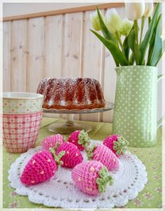 "Janin blog: ""Sweet Strawberry"" - free pattern here: http://www.garnstudio.com/lang/en/pattern.php?id=5832&lang=en"