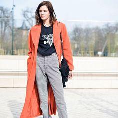 Look com calça de alfaiataria com casaco laranja comprido.
