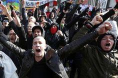 Un grupo de ultraderecha irrumpe en la concentración pacífica en la plaza de la Bolsa de Bruselas. A pesar de que los organizadores de la concentración la cancelaron el pasado sábado a recomendación de las autoridades belgas por motivos de seguridad, centenares de personas se han movilizado en la capital belga. Público, 2016-03-27 http://www.publico.es/internacional/grupo-ultraderecha-irrumpe-concentracion-pacifica.html