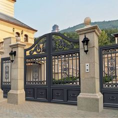 31 Creative Fence Gate Ideas For Your Home – A Nest With A Yard 31 Creative Fence Gate Ideas For Your Home simple, regal design metal gate Steel Gate Design, Front Gate Design, Main Gate Design, House Gate Design, Door Gate Design, Fence Design, Garden Design, Metal Driveway Gates, Fence Gate