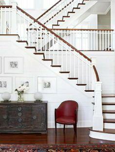 Klassiche Treppe weiß dunkel
