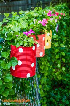 This Tin Can Flower Garden Makes Great Backyard Fence Decor Easy Upcycle Craft # Backyard Fences, Garden Fencing, Backyard Landscaping, Backyard Ideas, Landscaping Ideas, Diy Garden Decor, Garden Art, Garden Decorations, Outdoor Garden Decor