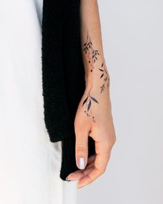 30 Cool Wrist Tattoo Designs for the Best of Girls tattoo smalltattoo 3 . - 30 cool wrist tattoo designs for the best of girls tattoo smalltattoo 30 cool wrist tattoo designs - Cool Wrist Tattoos, Tattoos Skull, Wrist Tattoos For Women, Irezumi Tattoos, Henna Tattoos, Fake Tattoos, Small Tattoos, Tattoo Maori, Wrap Around Wrist Tattoos
