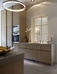 Mooie massief houten keuken met kasten tot aan het hoge plafond. Van Villabouw Vlassak Verhulst.