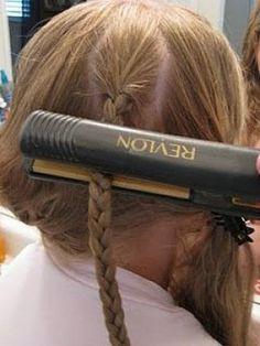 Ondula tu pelo en menos de 5 minutos. Aplicamos el spray y hacemos unas cuantas trenzas ( 4 o 5 en todo el pelo). Cuantas más trenzas tengamos, más prieto quedará el rizo. A continuación pasamos la plancha dos veces por cada mechón y dejamos que el pelo se enfríe en las trenzas mientras nos maquillamos o hacemos cualquier otra cosa. Y antes de partir, deshacemos las trenzas y voilá ya hemos acabado!