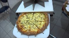 Cortador de pizza cortando pizza de portuguesa