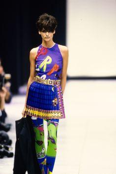 Versace Spring 1991 Ready-to-Wear Fashion Show - Vogue 80s And 90s Fashion, Runway Fashion, Fashion Models, Fashion Brands, Fashion Show, Fashion Design, Street Fashion, Linda Evangelista, Vogue Paris