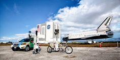 El coche, el carrito y la bicicleta de Street View aparcados fuera de la planta de montaje de vehículos (VAB), antes de comenzar la captura de imágenes. Si quieres ver la NASA por dentro hacemos una visita virtual.   Pincha la foto.