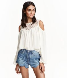 Crinkled blouse with a lace yoke, opening at back of neck with button, open shoulders, and long sleeves with elasticized cuffs. Cold Shoulder Bluse, Short Women Fashion, Blouse Online, Short Outfits, Shirt Blouses, Fashion Outfits, Fashion Trends, Blouses For Women, Couture