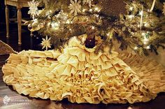 Ruffled tree skirt. Incredibly simple! 3 yards of fabric and hot glue sticks. That's all you need!