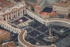 """El Vaticano informó este sábado de la constitución de un grupo de trabajo destinado a elaborar una """"reflexión sobre la perspectiva de futuro"""" de las finanzas de la Santa Sede y de la gestión de sus gastos e ingresos. El prefecto de la Secretaría para la Economía del Vaticano, el cardenal George Pell, ha intervenido…"""