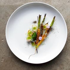 Fire roasted carrots with charred sour onions, carrot ash & dill. Dish uploaded by Gourmet Recipes, Vegan Recipes, Gourmet Desserts, Plated Desserts, Gourmet Food Plating, Modern Food, Roasted Carrots, Molecular Gastronomy, Food Presentation