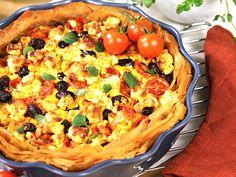 Lammfärspaj fylld med fetaost, oliver och tomater. Pajdegen består av färdig filodeg.