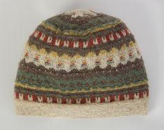 """Mössa """"Gröna ängen"""", lansering av mönstret före 1947. Formgivare: Anna-Lisa Mannheimer-Lunn, Bohus Stickning. Mössan är stickad av Karin Forsberg på Bohus Malmön. Hon var ombud för Bohus Stickning på Bohus Malmön under många år. Lace Knitting, Knitting Needles, Knitting Patterns, Knit Crochet, Mitten Gloves, Mittens, Knitted Hats, Knitwear, Vintage Fashion"""
