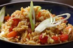 Mads' quick and easy crowd-pleaser is perfect for a family get-together. Maggi Recipes, Golden Chicken, Vegetable Rice, Skinless Chicken Thighs, Chicken Rice, Fried Rice, Cooking Recipes, Easy Recipes, Chicken Recipes
