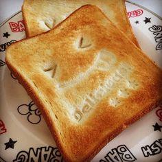 毎日の朝食にかわいさをプラスしたい。そんな願いを簡単に叶える100均アイテムがこちら。100均で販売されているトーストデコスタンプ。トースタンプとして大人気です。使い方はとっても簡単!焼く前のパンにぎゅっと押し付けるだけ!トーストにイラストがあるだけでなんだか笑顔になれる。幸せを感じる幸せトーストを朝食に♩