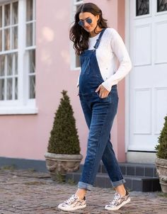 Seraphine's Denim Maternity Dungarees are expertly tailored to grow with you through pregnancy – easy style that on trend & ultra-comfy. Casual Maternity Outfits, Stylish Maternity, Maternity Wear, Maternity Dresses, Cute Maternity Style, Trendy Maternity Clothes, Spring Maternity Fashion, Winter Maternity Style, Maternity Clothing